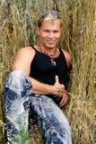 Mann im Gras Stockbild