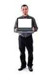Mann im Hemd und Bindung, die das Laptoplächeln hält Lizenzfreie Stockfotos