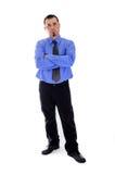 Mann im Hemd und Bindung, die Sie betrachtet Arme kreuzten Lizenzfreie Stockfotos
