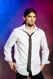 Mann im Hemd und in der Gleichheit stockfotografie