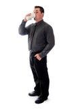 Mann im Hemd und in trinkendem Kaffee der Bindung Lizenzfreies Stockbild