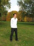 Mann im Herbst Stockbild