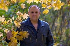 Mann im Herbstpark Stockbilder