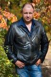 Mann im Herbstpark Lizenzfreies Stockbild