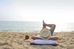Mann im Hut mit Kokosnusscocktail auf dem Strand lizenzfreie stockfotos