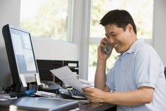 Mann im Innenministerium mit Computer und Schreibarbeit Lizenzfreies Stockbild