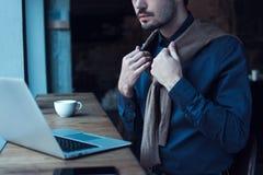 Mann im Kaffee lizenzfreie stockfotos