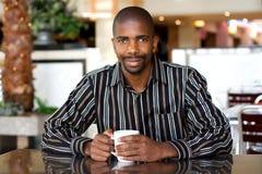 Mann im Kaffee lizenzfreies stockbild