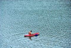 Mann im Kanu Lizenzfreie Stockbilder
