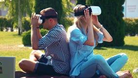 Mann im karierten Hemd und in der blonden Frau stock video