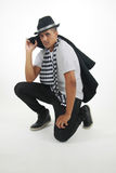 Mann im karierten Schal anstarrend entlang der Kamera Lizenzfreie Stockfotos