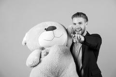 Mann im Klagengriff-Braunteddybären lizenzfreie stockbilder