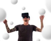 Mann im Kopfhörer der virtuellen Realität stockfotografie