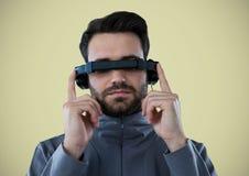 Mann im Kopfhörer der virtuellen Realität gegen hellgrünen Hintergrund Stockfotografie
