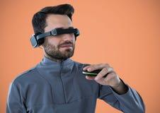 Mann im Kopfhörer der virtuellen Realität gegen orange Hintergrund Stockbild