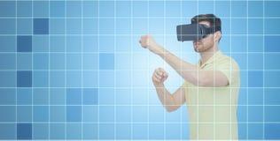Mann im Kopfhörer der virtuellen Realität oder in den Gläsern 3d Stockfotografie