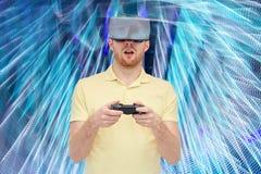 Mann im Kopfhörer der virtuellen Realität oder in den Gläsern 3d Stockbild