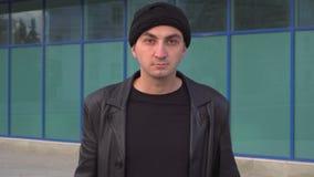 Mann im Kopfschutz öffnet sein Gesicht stock video footage
