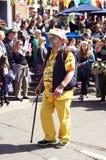 Mann im Kostüm marschierend in Parade Lizenzfreies Stockfoto