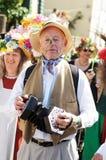 Mann im Kostümspielinstrument während des Karnevals Stockfoto