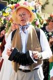 Mann im Kostümspielinstrument während des Karnevals Stockbilder