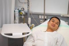 Mann im Krankenhausbett Lizenzfreie Stockfotos