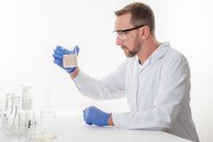 Mann im Labor, Ansicht eines Mannes im Labor, während die Ausführung experimentiert stockbild