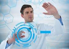 Mann im Labor, das blaue Schnittstellen gegen blaue medizinische Schnittstelle und grauen Hintergrund berührt Lizenzfreies Stockfoto