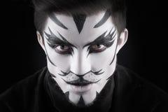 Mann im Make-up, Aussehung wie eine Katze Stockbild