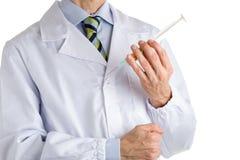 Mann im medizinischen Mantel, der Spritze voll von den Pillen hält Stockfotos