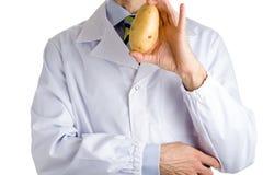 Mann im medizinischen weißen Mantel, der Kartoffel zeigt stockfotos