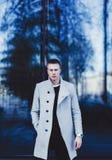 Mann im modischen Mantel lizenzfreie stockbilder