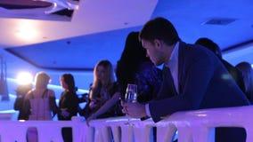 Mann im Nachtklub stock footage