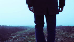 Mann im Nebel stock footage