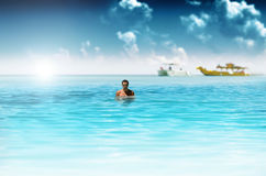 Mann im Ozean Stockfotos