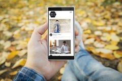 Mann im Parkblog Smartphone Lizenzfreie Stockfotos