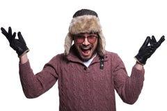 Mann im Pelzhut und in Winter clother wird sehr und Sc überrascht Stockfotografie