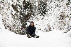 Mann im Pelzwinterhut mit lächelndem Porträt der Ohrenschützer stockfotografie