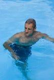 Mann im Pool Lizenzfreie Stockbilder