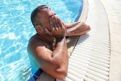 Mann im Pool Lizenzfreie Stockfotos
