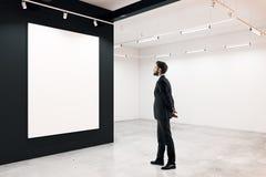 Mann im Raum mit Fahne Lizenzfreies Stockfoto