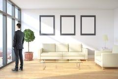 Mann im Raum mit Rahmen Lizenzfreies Stockfoto