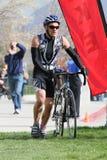 Mann im Rennenübergang Lizenzfreies Stockbild