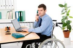 Mann im Rollstuhl arbeitet Stockfoto