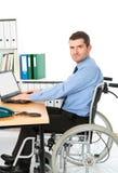 Mann im Rollstuhl arbeitet Lizenzfreies Stockfoto