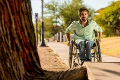 Mann im Rollstuhl stellt Bürgersteigs-Hindernis gegenüber Lizenzfreie Stockfotografie
