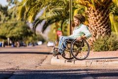 Mann im Rollstuhl, welche hoher Stadt-Beschränkung sich nähert stockfotos