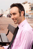Mann im rosafarbenen Hemdlächeln Lizenzfreies Stockfoto