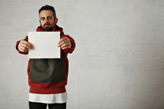 Mann im roten Anorak mit weißem Blatt Papier Stockfoto