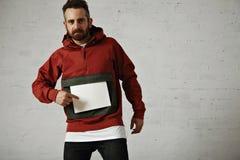 Mann im roten Anorak mit weißem Blatt Papier Lizenzfreie Stockfotos